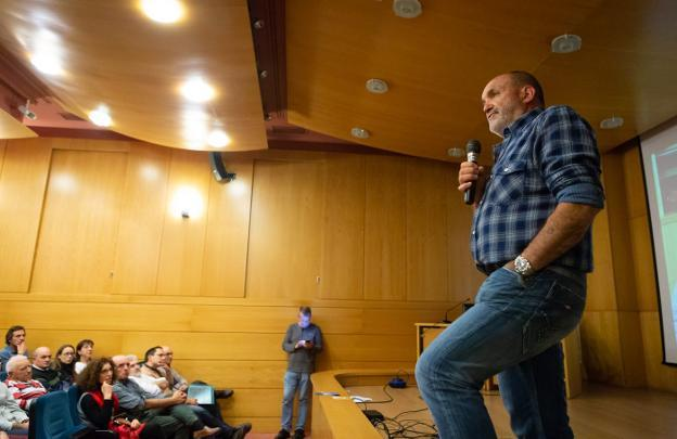 Conferencia de Juanito Oiarzábal en Logroño, España (Foto: diario La Rioja)